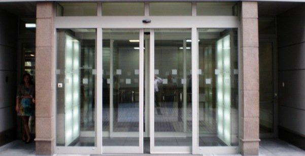 двери в торговом центре