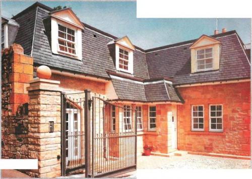 Выступающее за скат крыши слуховое окно не только украшает строение, придавая эффектный внешний вид его фасаду...
